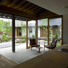 木庵(コアン)デザインサロン: 環アソシエイツ・高岸設計室が手掛けた窓です。,ラスティック 石
