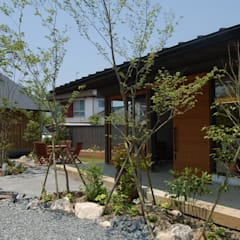 デザインサロンの玄関ポーチ: 環アソシエイツ・高岸設計室が手掛けた庭です。