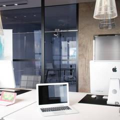 Современный и нестандартный офис: Офисы и магазины в . Автор – дизайн-студия PandaDom, Модерн