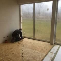 Prace wykończeniowe wewnątrz (termoizolacja powierzchni podłogowej) : styl , w kategorii Ściany zaprojektowany przez BOXlife Sp. z o.o.