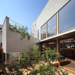 奥沢の家: アトリエ スピノザが手掛けたテラス・ベランダです。