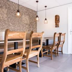 Autentieke indonische stoelen.:  Gastronomie door Ien Interieurontwerp Advies Projectbegeleiding