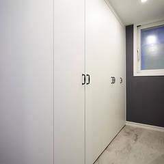 3대의 라이프스타일이 녹아든 보금자리 48PY: 제이앤예림design의  드레스 룸