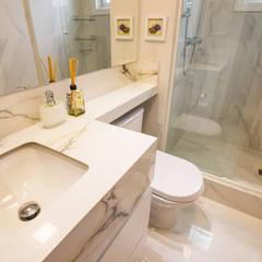 Phòng tắm by Camila Chalon Arquitetura
