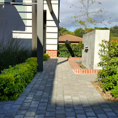 HOUSE ONE:  Garden by Greenacres Cape landscaping, Minimalist