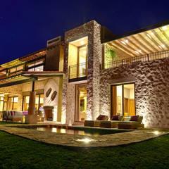Alberca: Casas de estilo  por INTERPRIKA
