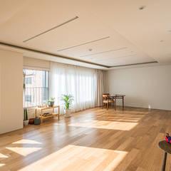 양재동 다세대주택: 제이에이치와이 건축사사무소의  거실