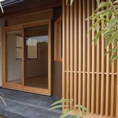 美しい防犯とプライバシー保護の家: 環アソシエイツ・高岸設計室が手掛けた窓です。,