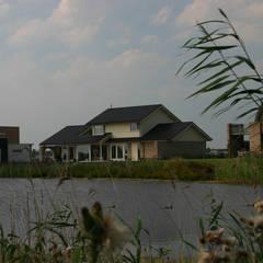 waterkant:  Huizen door buro voor advies en architectuur pieter e. bolhuis, Landelijk Steen