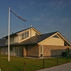 straatkant:  Huizen door buro voor advies en architectuur pieter e. bolhuis, Landelijk Steen