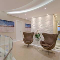 Casa Indaiatuba: Corredores e halls de entrada  por Designer de Interiores e Paisagista Iara Kílaris