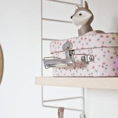 Chambre de bébé renovée: Chambre d'enfant de style  par Mes Petites Puces