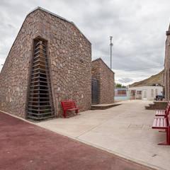"""Centro Comunitario """"Vistas del Cerro Grande"""": Ventanas de estilo  por ARQUITECTURA EN PROCESO, Ecléctico Piedra"""