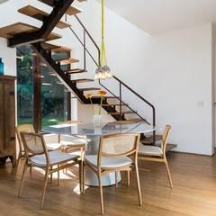 Casa Gávea: Corredores e halls de entrada  por Espaço Tania Chueke
