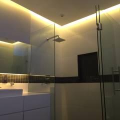 Baños de estilo  por Síntesis Arquitectónica ®