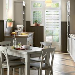Shaker style small kitchen with dining table by Schmidt:  Kitchen by Schmidt Kitchens Barnet, Classic Wood Wood effect
