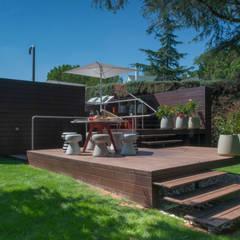 Piscina 1 2 3: Jardines delanteros de estilo  de AGi architects