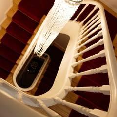 Detalhe escadaria : Hotéis  por Alma Braguesa Furniture