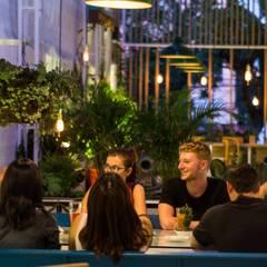 VERDEO RESTAURANTE : Espacios comerciales de estilo  por SUPERFICIES Estudio de arquitectura y construccion, Tropical
