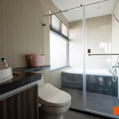 輕軌線上-吳公館:  浴室 by Unicorn Design