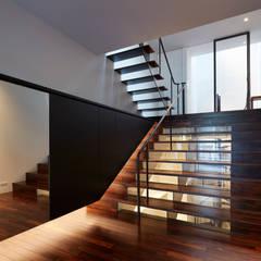 南田辺の家 / House in Minami-tanabe: 藤原・室 建築設計事務所が手掛けた廊下 & 玄関です。