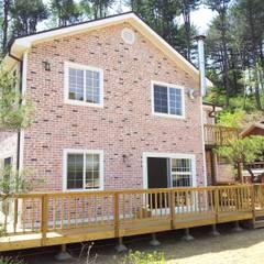 가평 빨간벽돌 주택: Timber house의  주택