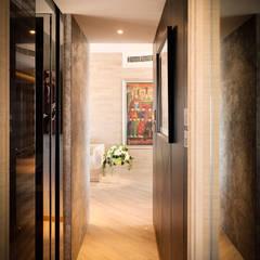 Mount East:  Corridor & hallway by wayne corp,