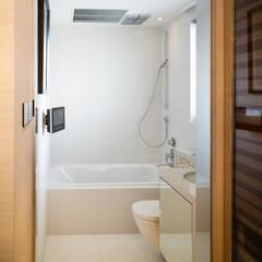 Mount East:  Bathroom by wayne corp,