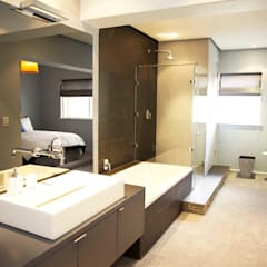 bedroom en suite:  Bathroom by Till Manecke:Architect