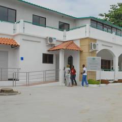 Clínica Sagrada Esperança - Porto Amboim - Angola Escritórios coloniais por Jorge Lopes, LABORATÓRIO DE ARQUITECTURA Colonial