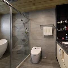 Taiwan  Taichung - J House:  浴室 by 信美室內裝修