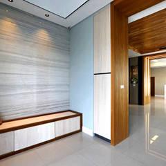 Corridor and hallway by 信美室內裝修