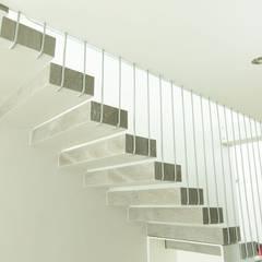 ESCALERA : Pasillos y recibidores de estilo  por GUECO + diseño + arquitectura + construccion