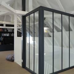 Rénovation combles avec verrière: Bureau de style de style Industriel par ADK