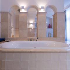 Renovatie en inrichting monumentale stadsvilla: eclectische Badkamer door Atelier Denessen Architecture