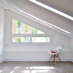 Casa Leblon: Quartos  por K+S arquitetos associados