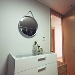[홈라떼] 27평 북유럽 스타일의 로맨틱 신혼집 홈스타일링: homelatte의  드레스 룸