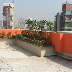 7th floor terrace garden:   by Land Design landscape architects,