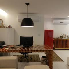 Apartamento duplex: Corredores e halls de entrada  por Monique Mureb arquitetura