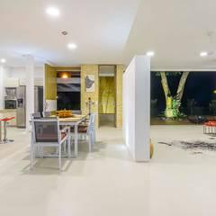 Casa de la Acacia - Sombra Natural: Cocinas de estilo  por David Macias Arquitectura & Urbanismo