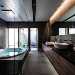 スタイリッシュなバスルーム: TERAJIMA ARCHITECTSが手掛けた浴室です。