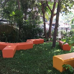 Lawn and other sitting area:  Commercial Spaces by Land Design landscape architects,