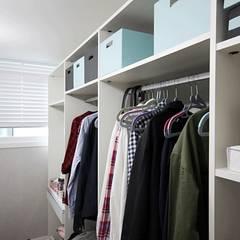 [홈라떼] 인천 24평 아파트 신혼집 홈스타일링 : homelatte의  드레스 룸,미니멀