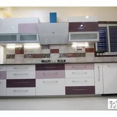 Shanti Villa:  Kitchen by Mobius Architects