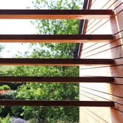 Maison bois G2: Fenêtres de style  par yg-architecte,