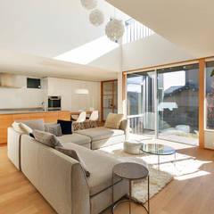 向陽台の家: 福田康紀建築計画が手掛けたリビングです。