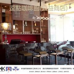 京悅設計  - 逗點咖啡館(逗點青少年公益商店):  餐廳 by 京悅室內裝修設計工程(有)公司|真水空間建築設計居研所, 簡約風