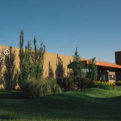 Portal de acceso a barrio Los Tilos: Estudios y oficinas de estilo  por Pablo Pascale Arquitectura