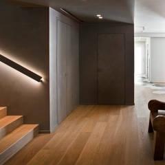 Residenza Privata a Trento: Ingresso & Corridoio in stile  di iarchitects