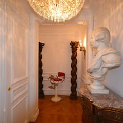 Rénovation et aménagement d'un appartement baroque: Couloir et hall d'entrée de style  par Agence VOLUMES & SURFACES